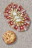 开胃菜美味盘Meze和小面包干皮塔粗糙的被漂白的黄麻帆布难看的东西表面上的大面包集合 免版税库存图片