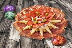 开胃菜美味食家盘Meze用老被风化的破裂的庭院表难看的东西表面上设置的五颜六色的被洗染的复活节彩蛋 免版税图库摄影