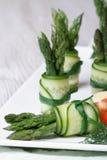 开胃菜自助餐:美丽的黄瓜滚动用芦笋 免版税图库摄影