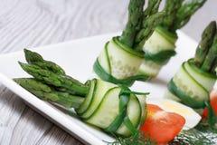 开胃菜自助餐:黄瓜滚动用芦笋 库存照片