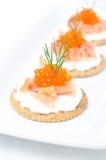 开胃菜薄脆饼干用乳脂干酪、盐味的三文鱼和鱼子酱 免版税库存图片