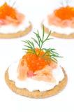 开胃菜薄脆饼干用乳脂干酪,盐味的三文鱼,红色鱼子酱 图库摄影