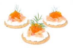 开胃菜薄脆饼干用乳脂干酪,盐味的三文鱼,红色鱼子酱 库存照片