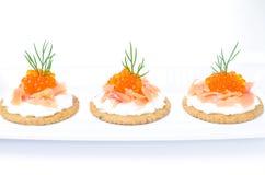 开胃菜薄脆饼干用乳脂干酪,盐味的三文鱼 免版税图库摄影
