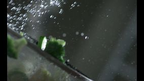 开胃菜被洗涤在滤锅的自来水下 慢的行动 r 慢的行动 照相机P 影视素材