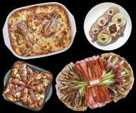 开胃菜被装饰的盘用鸡蔬菜炖肉在黑背景和烤肉末大面包隔绝的烟肉和鸡蛋三明治 免版税库存照片