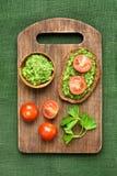 开胃菜面包用pesto调味汁和蕃茄 库存图片