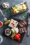 开胃菜食物、鲱鱼和黑麦面包在木板用伏特加酒和腌汁 库存照片