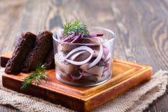 开胃菜食物、鲱鱼在玻璃和黑麦面包 免版税库存照片