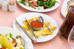 开胃菜鱼子酱和鱼 与海三文鱼和红色鱼子酱的三明治 免版税库存照片