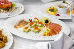 开胃菜鱼子酱和鱼 与海三文鱼和红色鱼子酱的三明治 库存图片