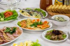 开胃菜鱼子酱和鱼 与海三文鱼和红色鱼子酱的三明治 免版税库存图片