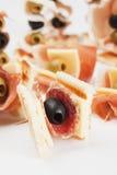 开胃菜黑色食物橄榄蒜味咸腊肠 库存照片