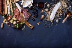 开胃菜,意大利开胃小菜,火腿,橄榄,乳酪, Grissini brea 图库摄影