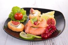 开胃菜,熏制鲑鱼用莓果 库存图片
