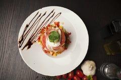 开胃菜,熏火腿用无盐干酪 免版税图库摄影