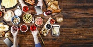 开胃菜,酒,淡菜,三文鱼,饭桌,乳酪,食物,意大利语,出去吃饭 复制空间 免版税库存照片