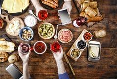 开胃菜,酒,淡菜,三文鱼,饭桌,乳酪,食物,意大利语,出去吃饭 免版税图库摄影