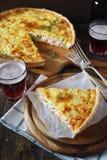 开胃菜:Ñ  hicken和甜椒乳蛋饼和两个杯子啤酒 免版税库存照片
