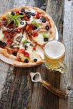开胃菜:薄饼和杯子储藏啤酒 库存照片