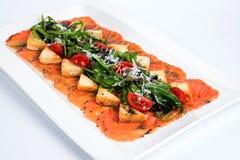 开胃菜-三文鱼Carpaccio用帕尔马干酪 免版税库存照片