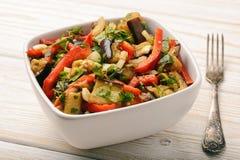 开胃菜-与烤egplants、辣椒粉和大蒜的沙拉 库存图片