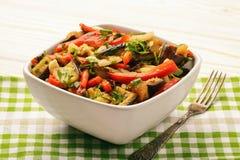 开胃菜-与烤egplants、辣椒粉和大蒜的沙拉 免版税库存图片