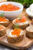 开胃菜-与盐味的三文鱼和红色鱼子酱的多士,垂直 图库摄影