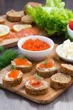 开胃菜-与盐味的三文鱼和红色鱼子酱的多士 免版税图库摄影