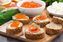 开胃菜-与盐味的三文鱼和红色鱼子酱的多士 库存照片