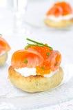 开胃菜-与盐味的三文鱼和鱼子酱的土豆小圆面包 免版税库存照片