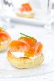 开胃菜-与盐味的三文鱼,红色鱼子酱的土豆小圆面包 库存照片