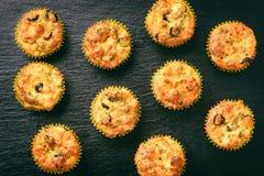 开胃菜-与鸡、乳酪和橄榄的松饼在黑背景 库存图片