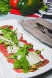 开胃菜-与rucola叶子的肉Carpaccio, 库存图片