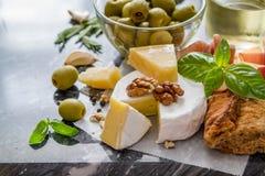 开胃菜-乳酪火腿面包蕃茄蓬蒿坚果酒 图库摄影