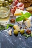 开胃菜-乳酪火腿面包蕃茄蓬蒿坚果酒 库存图片