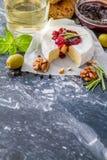 开胃菜-乳酪火腿面包蕃茄蓬蒿坚果酒 免版税图库摄影