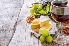 开胃菜-乳酪胡说的葡萄酒 免版税库存照片
