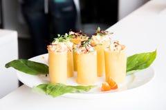 开胃菜-乳酪滚动用肉和菜 免版税图库摄影