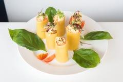 开胃菜-乳酪滚动用肉和菜 免版税库存照片