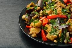 开胃菜-亚洲沙拉用茄子、辣椒粉和大蒜在黑背景 免版税库存图片