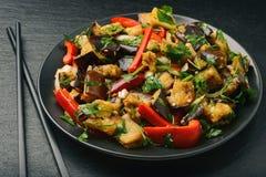 开胃菜-亚洲沙拉用茄子、辣椒粉和大蒜 免版税图库摄影