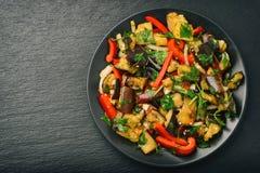 开胃菜-亚洲沙拉用茄子、辣椒粉和大蒜 库存图片