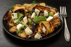 开胃菜-可口沙拉用烤茄子用希腊白软干酪、荷兰芹和ruccola 免版税图库摄影