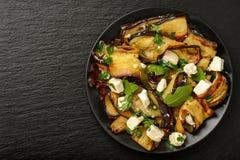 开胃菜-可口沙拉用烤茄子用希腊白软干酪、荷兰芹和ruccola 免版税库存照片