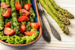 开胃菜-可口素食沙拉用绿色芦笋、蕃茄和香醋选矿 免版税图库摄影