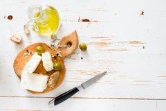 开胃菜-希脂乳,橄榄,大蒜,油 库存照片
