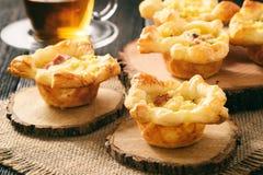 开胃菜-微型饼用土豆泥、烟肉和乳酪 免版税图库摄影