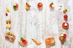 开胃菜/快餐框架的混合在一张木桌上的 图库摄影