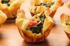 开胃菜-果子馅饼用菠菜、希脂乳、蕃茄、乳酪和大蒜 库存照片